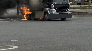 ミニストップが消火器を貸さず応急消火義務を怠りダンプカーが全焼したのに駐車場の修理費の請求する!