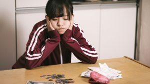 最近の若者が「結婚しない、車買わない、家買わない」のは「そもそも金がないから無理」なのか?